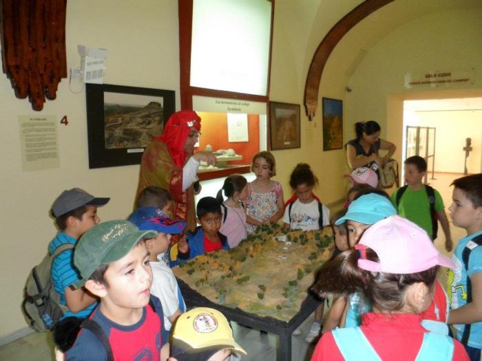 Aquí me tenéis con un grupo de niños y niñas en en el Museo Arqueológico de Cuevas del Almanzora.